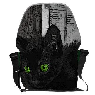 Ojos verdes monocromáticos del gato negro del prun bolsas messenger