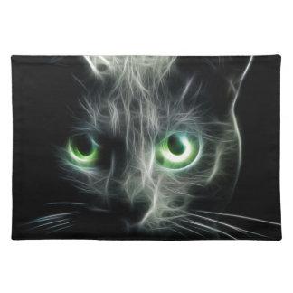 Ojos verdes que brillan intensamente del gato del manteles individuales