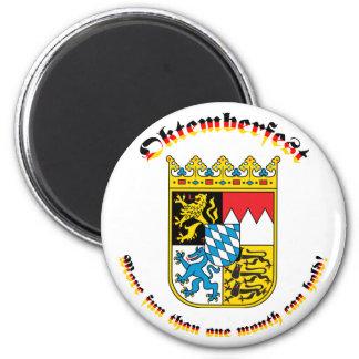 Oktemberfest con los brazos bávaros iman de nevera