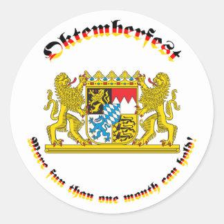 Oktemberfest con los mayores brazos bávaros pegatinas redondas