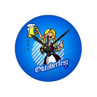 Oktoberfest - chica en un dirndl reloj redondo mediano