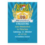 Oktoberfest con los brazos y los steins bávaros de