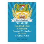 Oktoberfest con los brazos y los steins bávaros de invitaciones personalizada