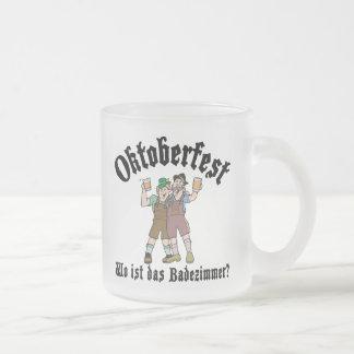 Oktoberfest divertido donde está el cuarto de baño taza de cristal