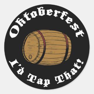 Oktoberfest divertido golpearía ligeramente eso pegatinas redondas