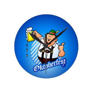 Oktoberfest - hombre en lederhosen reloj redondo mediano