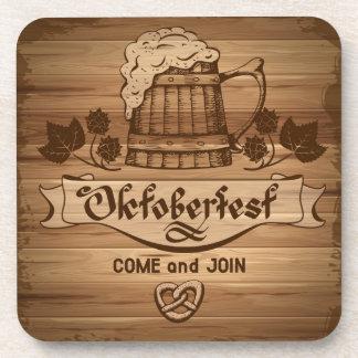 Oktoberfest, poster del vintage con de madera posavasos de bebidas