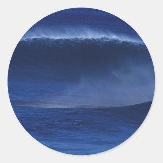 Ola oceánica azul pegatina redonda
