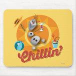 Olaf el | Chillin en círculo anaranjado Alfombrillas De Ratones