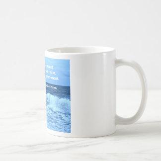 Olas oceánicas con cita de Henry David Thoreau Tazas De Café