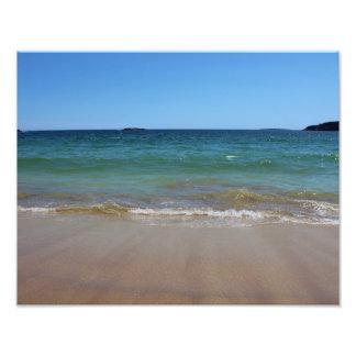 Olas oceánicas en la playa de la arena fotografía