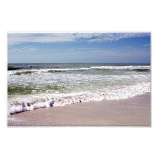 Olas oceánicas en la playa de Sandy rosada Fotografía