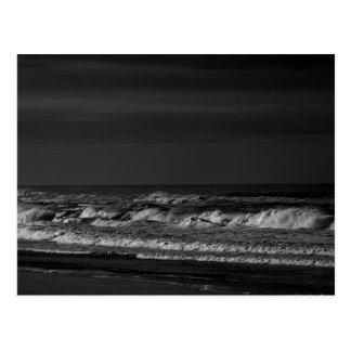 Olas oceánicas pacíficas oscuras en postal monocro