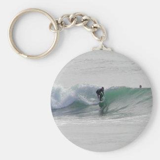 Olas oceánicas que practican surf a personas que p llavero personalizado