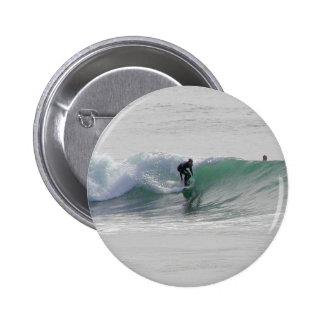 Olas oceánicas que practican surf a personas que p pin redondo de 2 pulgadas