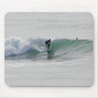 Olas oceánicas que practican surf a personas que p tapete de ratones