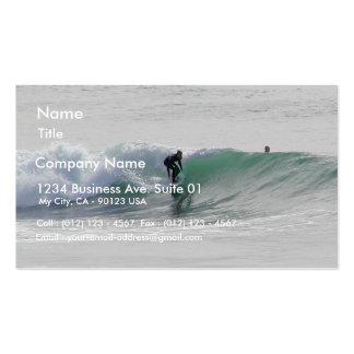 Olas oceánicas que practican surf a personas que p tarjeta de visita