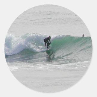 Olas oceánicas que practican surf a personas que pegatinas redondas