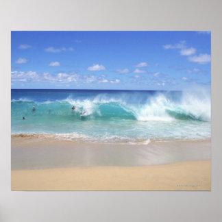 Olas oceánicas que se rompen en la playa, playa de póster
