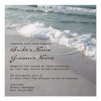 Olas oceánicas y arena del boda de playa invitación