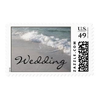 Olas oceánicas y arena del boda de playa timbres postales