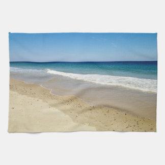 Olas oceánicas y playa arenosa toallas
