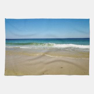 Olas oceánicas y playa arenosa toallas de cocina