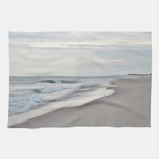 Olas oceánicas y playa bonitas toalla de mano