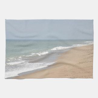 Olas oceánicas y playa toallas de mano