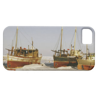 Old-fashioned, weathered fishing boats beached iPhone SE/5/5s case
