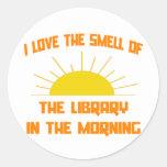 Olor de la biblioteca por la mañana etiquetas redondas