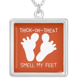 Olor del truco o de la invitación mis pies colgante personalizado