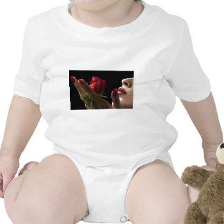 Olor divino del rosa rojo del amorío amor deseo camisetas