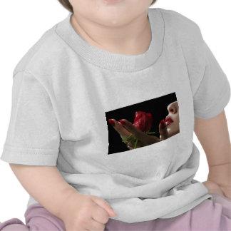 Olor divino del rosa rojo del amorío amor deseo camiseta