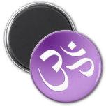 OM, en púrpura y blanco Imán