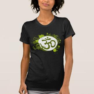 OM floral verde budista Camisetas