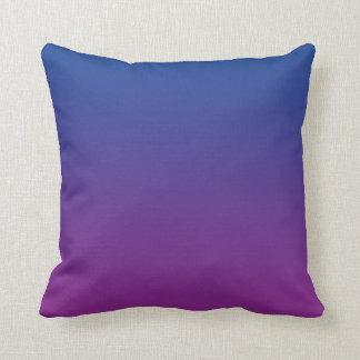 """Ombre azul marino y púrpura"" Cojín Decorativo"