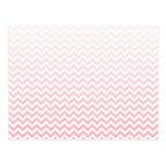 Ombre rosado descolorado Chevron Tarjeta Postal