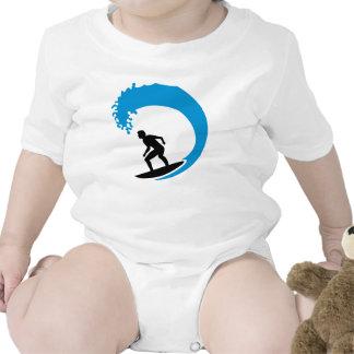Onda de la persona que practica surf traje de bebé