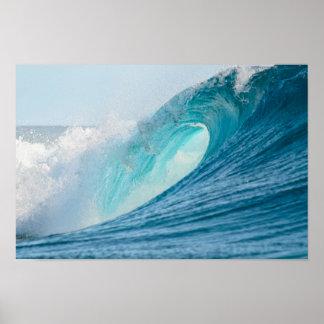 Onda del barril que practica surf que rompe el póster