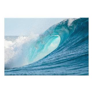 Onda del barril que practica surf que rompe la fotografías