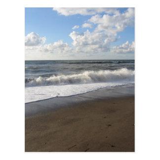 Onda del mar en la playa de la arena tarjetas postales