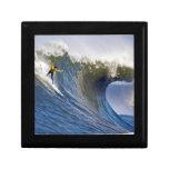 Onda grande en los rebeldes que practican surf la  cajas de recuerdo