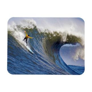 Onda grande en los rebeldes que practican surf la  imán flexible