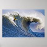Onda grande en los rebeldes que practican surf la  posters