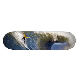 Onda grande en los rebeldes que practican surf la  monopatin