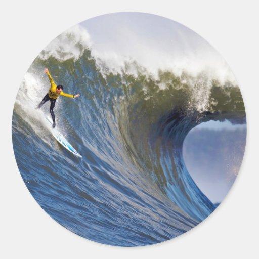 Onda grande en los rebeldes que practican surf la pegatinas redondas