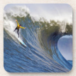 Onda grande en los rebeldes que practican surf la  posavaso