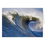 Onda grande en los rebeldes que practican surf la  tarjetón