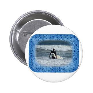 Onda pasada de la persona que practica surf una pin redondo 5 cm